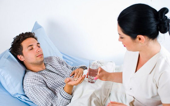 врач дает таблетку
