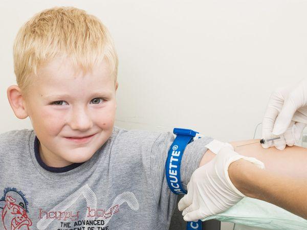 забор крови у мальчика из вены